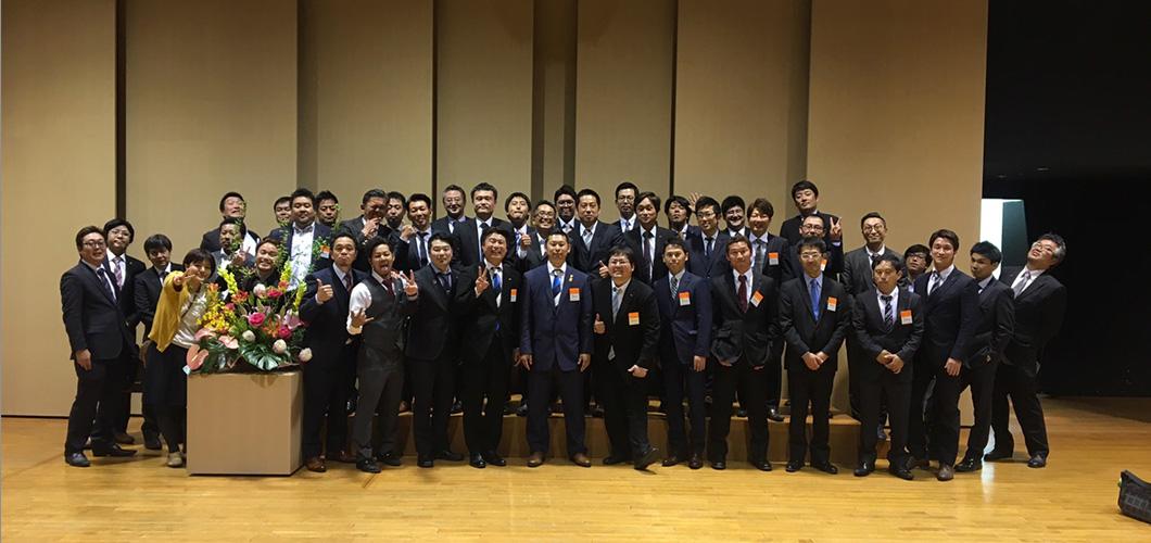 東京都商工会青年部連合会スーツの男性の集合写真1060px-500px