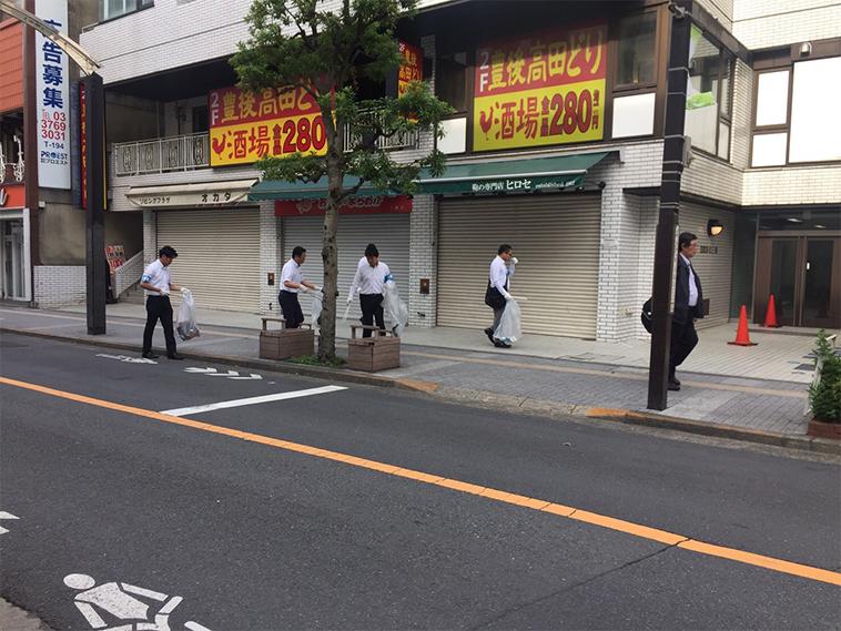 店舗の前の清掃活動