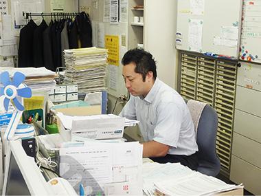 事務机の男性